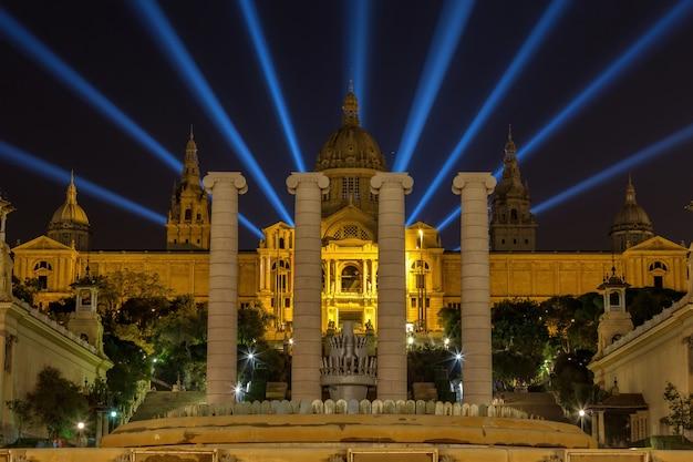 Visão noturna do museu nacional de barcelona, espanha