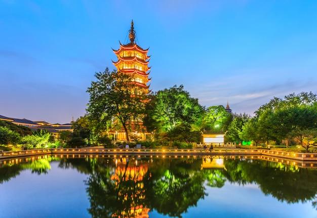 Visão noturna do pagode chinês de changzhou