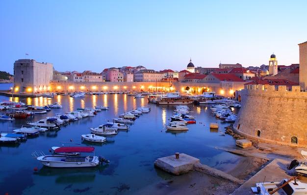 Visão noturna do porto antigo em dubrovnik, croácia