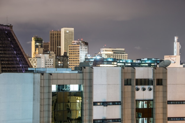 Visão noturna do topo de um edifício no centro do rio de janeiro, no brasil.