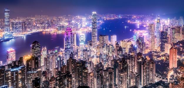 Visão noturna do victoria peak em hong kong