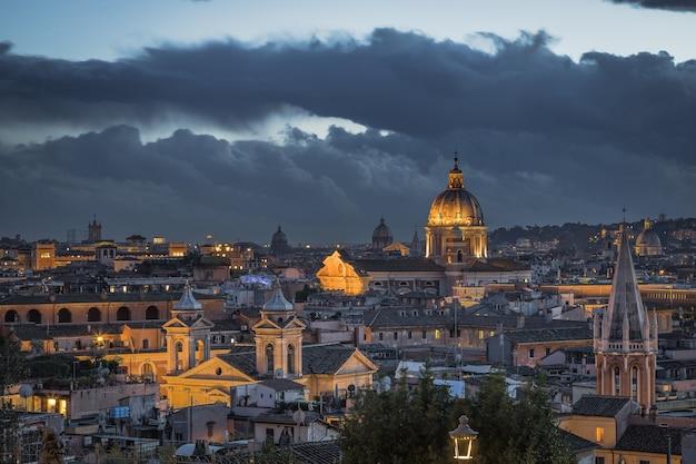Visão noturna dos telhados romanos