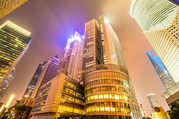 Visão noturna e prédio de escritórios da rua arquitetônica no distrito financeiro de lujiazui, xangai