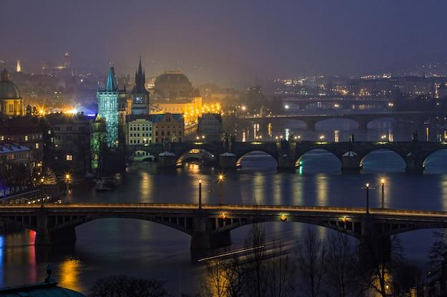 Visão noturna em pontes em praga, república tcheca
