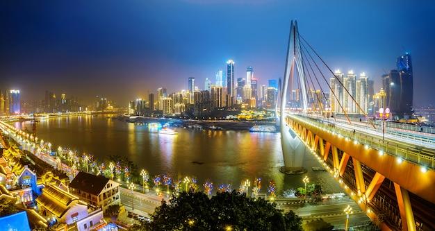 Visão noturna linda da cidade em chongqing, china