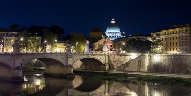 Visão noturna na catedral de são pedro, em roma, itália