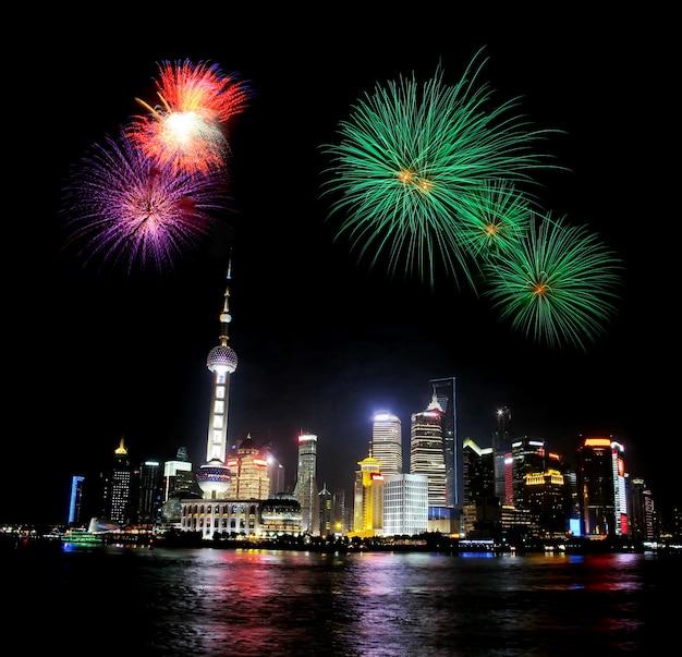 Visão noturna na torre de shanghai e fogo de artifício
