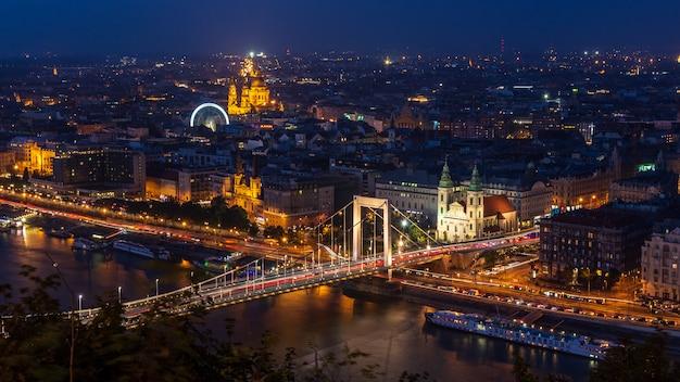 Visão noturna panorâmica de budapeste com a ponte de elizabeth, hungria