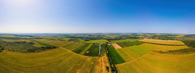 Visão panorâmica do drone aéreo da turbina eólica em funcionamento na moldávia. campos amplos ao redor
