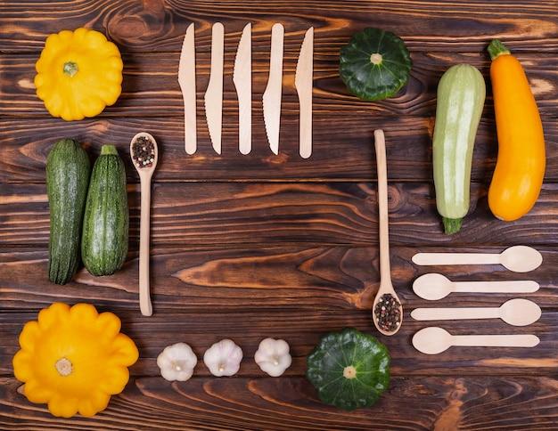 Visão plana de vegetais crus de comida vegana crua colorida