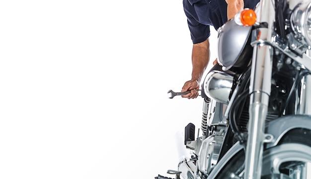 Visão recortada de mecânico de moto em fundo branco