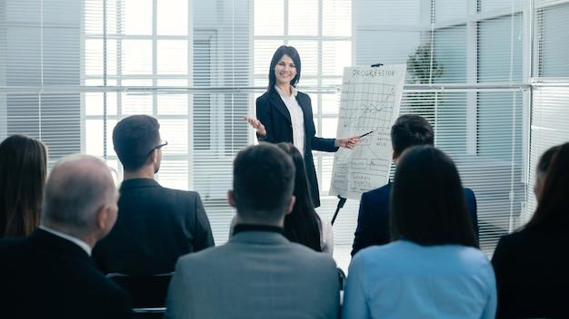 Visão traseira. empresária fazendo apresentação para os funcionários da empresa