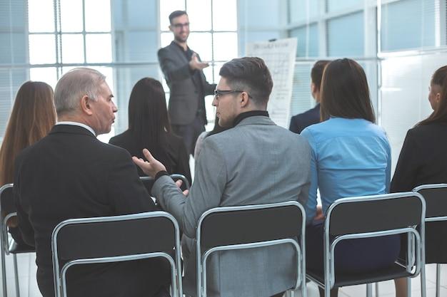 Visão traseira. empresários sentados na sala de conferências. negócios e educação