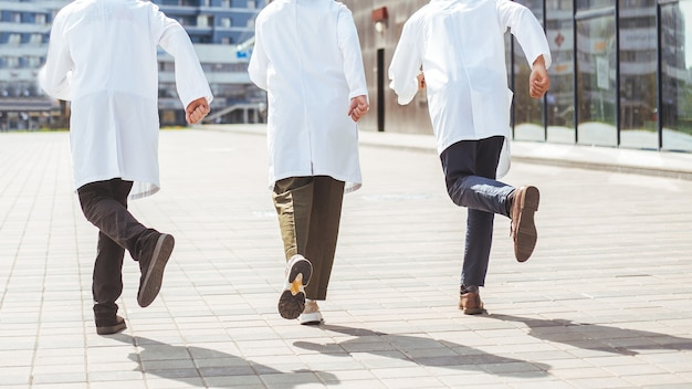 Visão traseira. grupo de médicos de resgate corre para prestar assistência de emergência. foto com uma cópia-espaço.