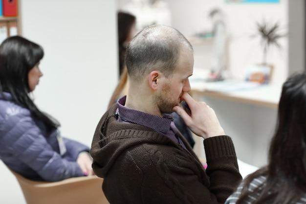 Visão traseira. imagem borrada de pessoas na sala de conferências