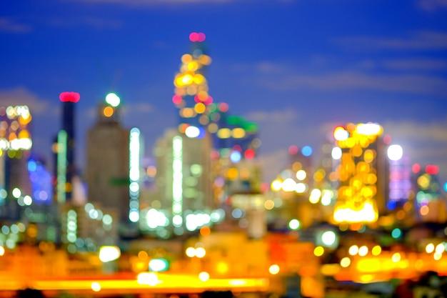 Visão turva da paisagem urbana de bangkok no crepúsculo do telhado do edifício