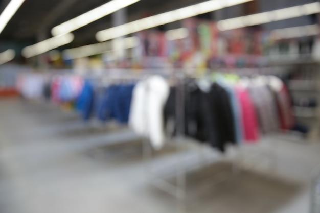 Visão turva de roupas no supermercado