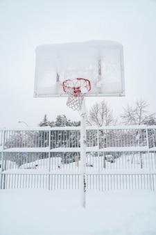 Visão vertical de basquete congelado ao ar livre.