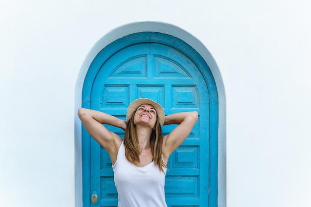 Visão vertical de mulher respirando ar fresco nos feriados. viagem e destino europeu de verão na espanha.