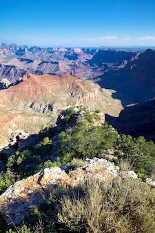 Visão vertical do grand canyon sob a luz do sol, eua