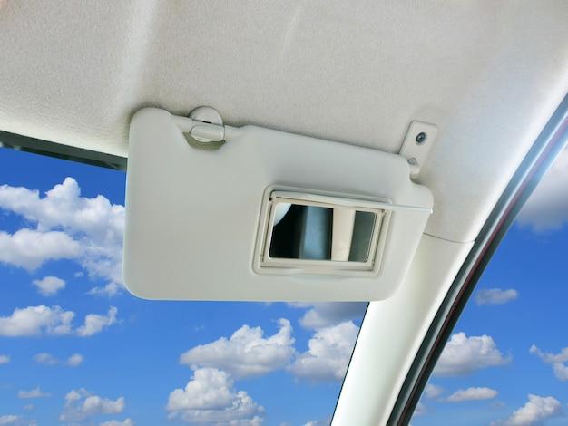 Viseira de sol do carro e espelho no carro.