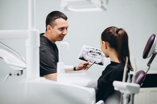 Visita de mulher de cuidado de odontologia