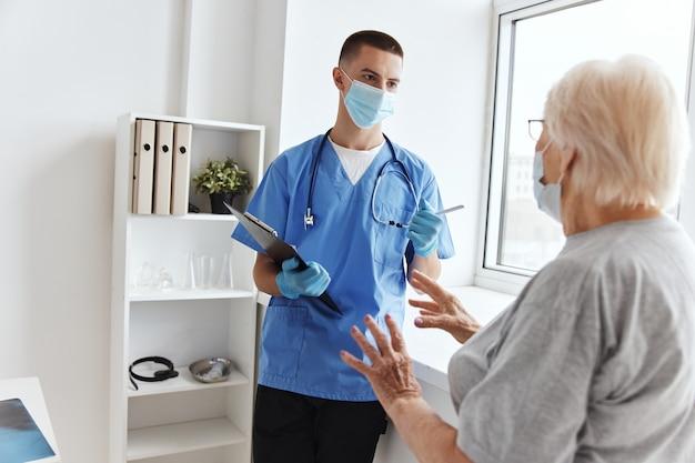 Visita do paciente ao consultório do hospital para exame médico