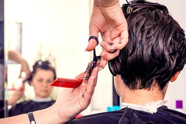 Visite o cabeleireiro para criar uma aparência atraente. salão de beleza