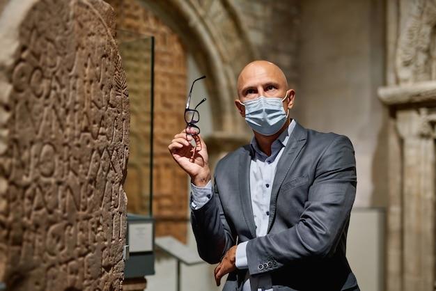 Visite o museu com uma máscara antivírus