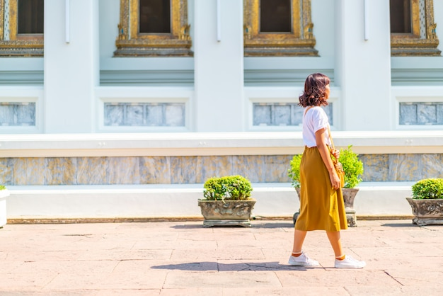 Visitng asiático feliz da mulher um templo