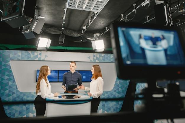 Visor da câmera de vídeo - programa de gravação no estúdio de tv - foco na câmera.