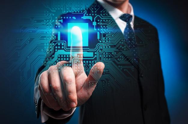 Visor multimídia virtual. um homem de terno e gravata clica no dedo indicador na tela virtual.