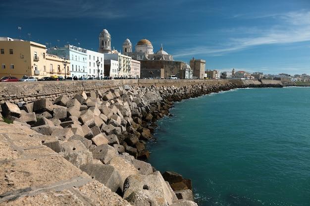 Vista à beira-mar, incluindo a catedral local em cádiz, espanha