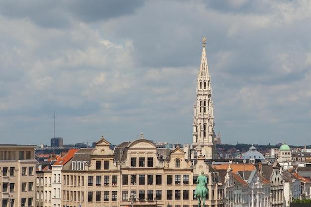 Vista à distância a torre da câmara municipal de bruxelas na praça grand place