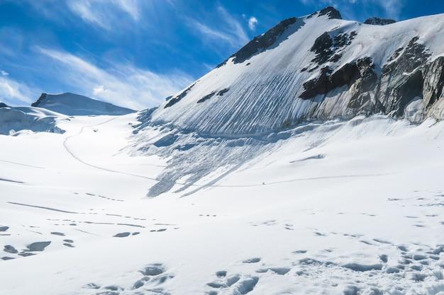 Vista à geleira de berlokoe sedlo. belukha área de montanha. altai, rússia.