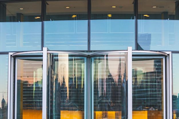 Vista abstrata de uma entrada moderna do edifício.