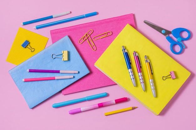 Vista acima da disposição da mesa com notebooks