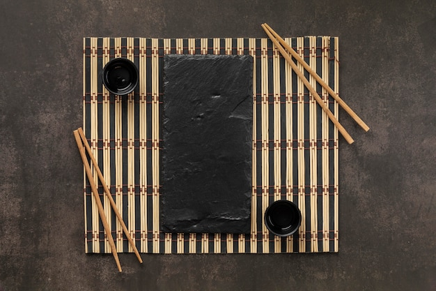 Vista acima do arranjo da mesa com copo e palitos Foto gratuita