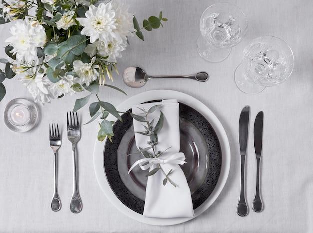 Vista acima do arranjo da mesa com flores