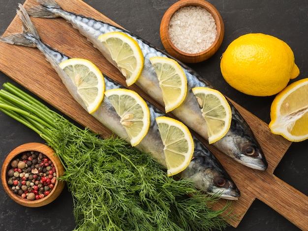 Vista acima do arranjo de peixe e limão