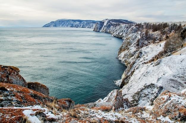 Vista acima grande lago bonito no inverno, lago baikal, rússia
