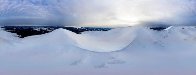 Vista aérea 360 do panorama do inverno à noite