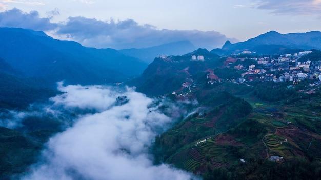 Vista aérea a cidade do monte em sapa, cidade de sapa da névoa, lao cai, vietname.