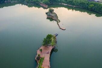 Vista aérea, andar, ponte ambulante, em, a, rio, ligado, ilha, parque
