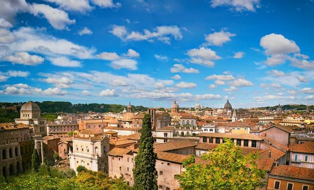 Vista aérea ao lado do capitólio, com telhados e igrejas da cidade antiga