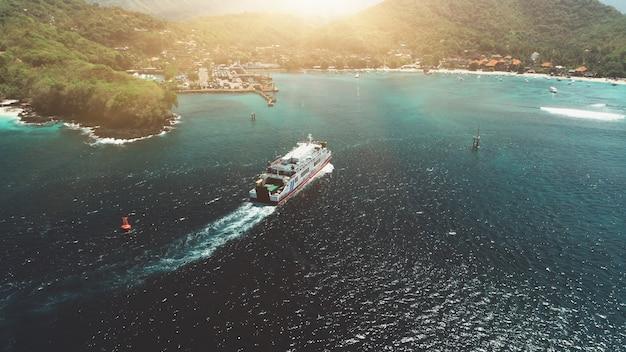 Vista aérea balsa navegando no porto viajar férias recreação paraíso turismo pôr do sol montanha