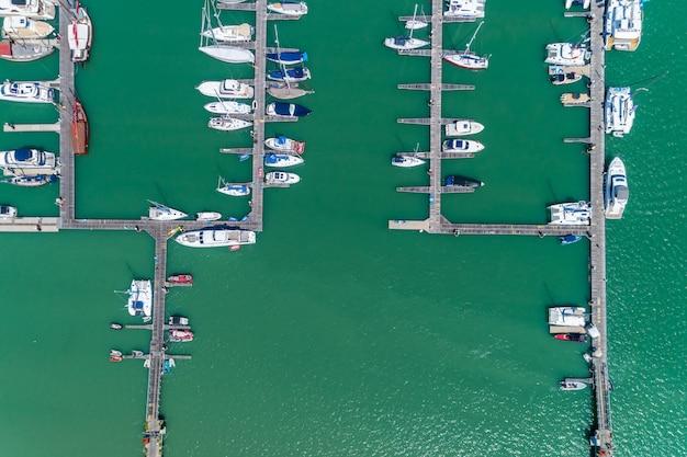 Vista aérea, cima, baixo, zangão, tiro, iate, e, veleiro, estacionamento, em, marina