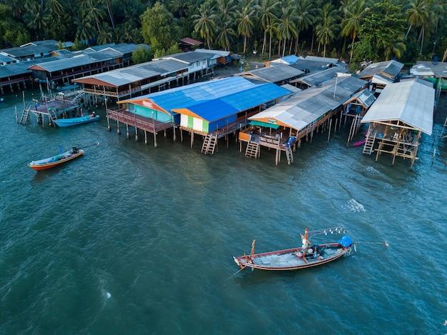 Vista aérea da aldeia piscatória de koh phitak, chumphon, tailândia.