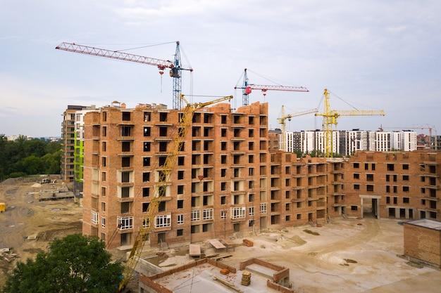 Vista aérea da área residencial da cidade com altos edifícios de apartamentos em construção.