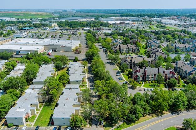 Vista aérea da área residencial de um belo subúrbio de residências e da estrada de uma altura nos eua
